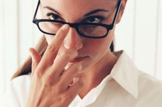 Comment empêcher les lunettes de glisser sur votre nez tout le temps?