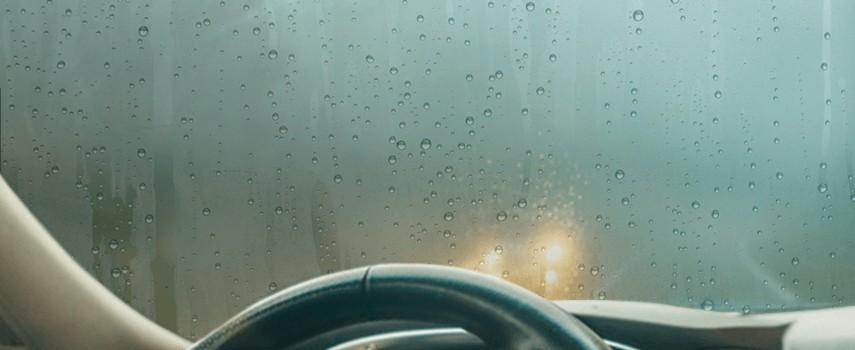 Astuces pour enlever la buée rapidement dans la voiture et éviter sa formation