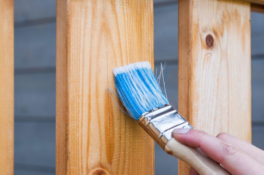 Comment peindre des surfaces en bois teinté ou vernis