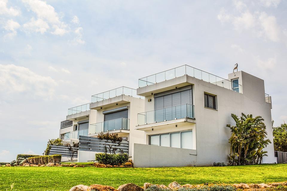 Villa moderne et baie vitrée XXL: le minimaliste maximaliste