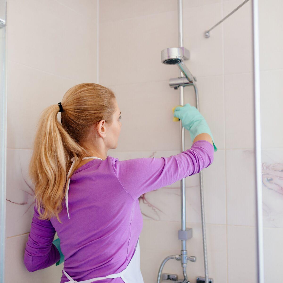 Comment nettoyer un bac de douche encrassé?