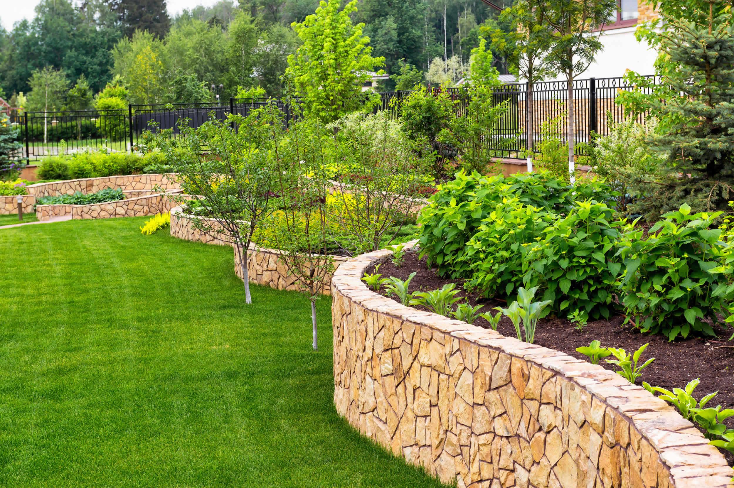 Utiliser le gazon synthétique comme élément d'aménagement extérieur de sa demeure